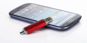 смартфон и флешка